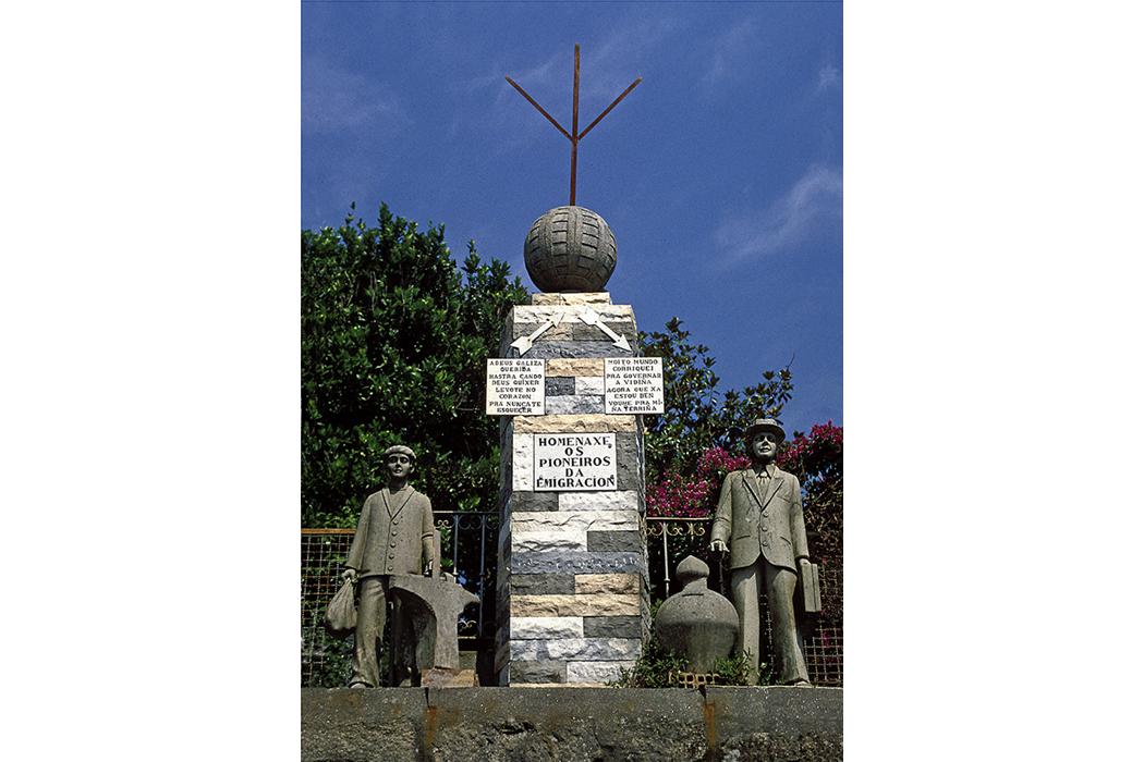 Fotografía de monumento a la emigración construido por un indiano, 1990