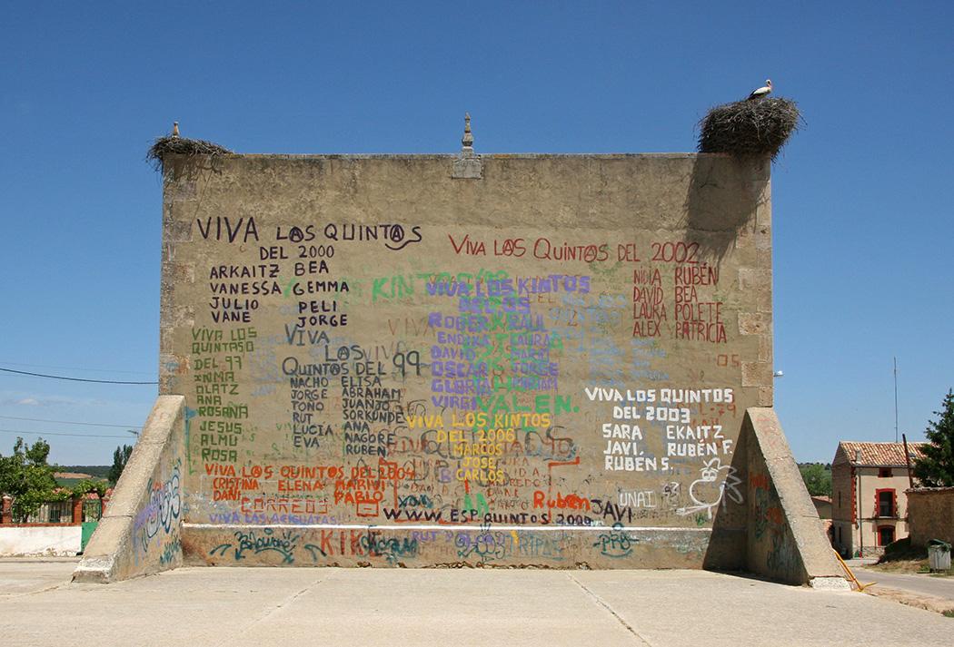Pintadas en un frontón de Castilla.
