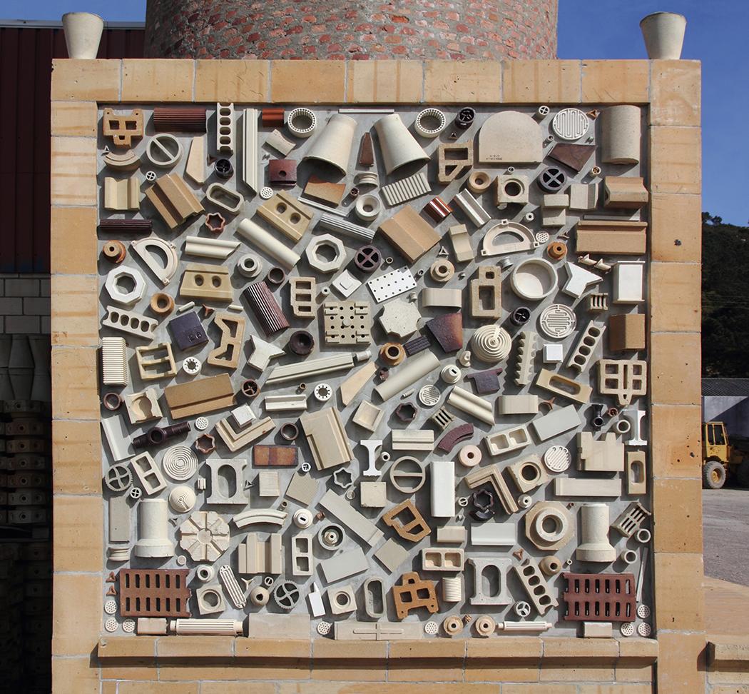 Composición con piezas obsoletas en un establecimiento de materiales de construcción.