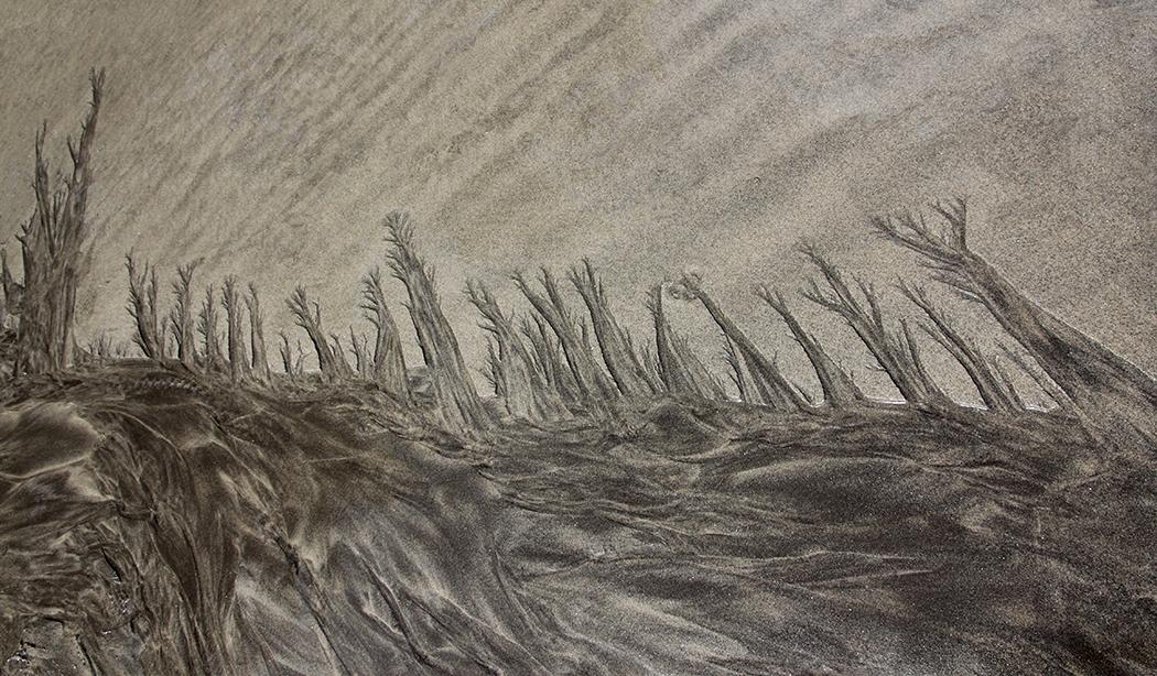 Desembocadura de agua de lluvia en una playa.