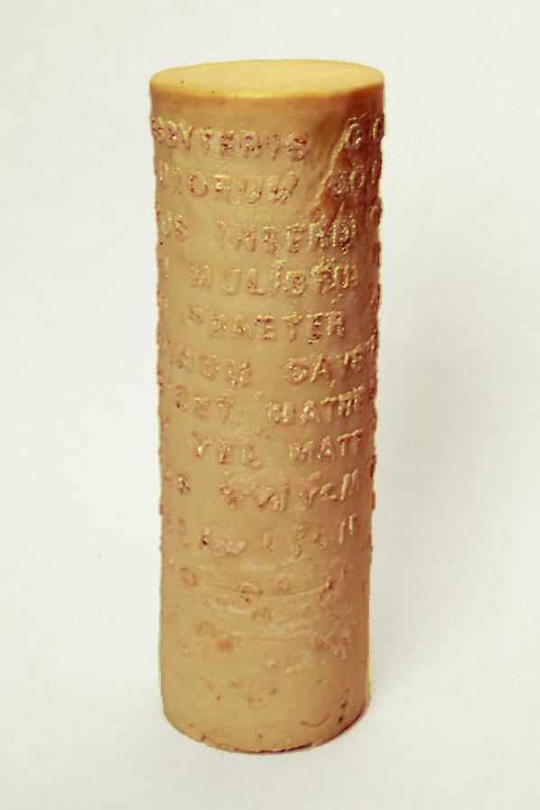 El texto en latin de este cilindro de jabón corresponde al Decreto del Concilio Ecuménico de Laterano sobre la observancia estricta del celibato
