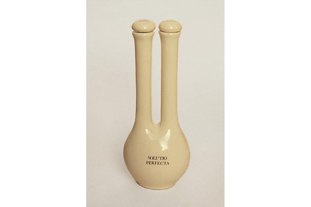 """Recipiente de cerámica. En un tapón está escrito : """"Can morto"""" y en el otro """"Eucalipto"""". En su panza : """"Solutio perfecta"""". 21x11x6 cm."""