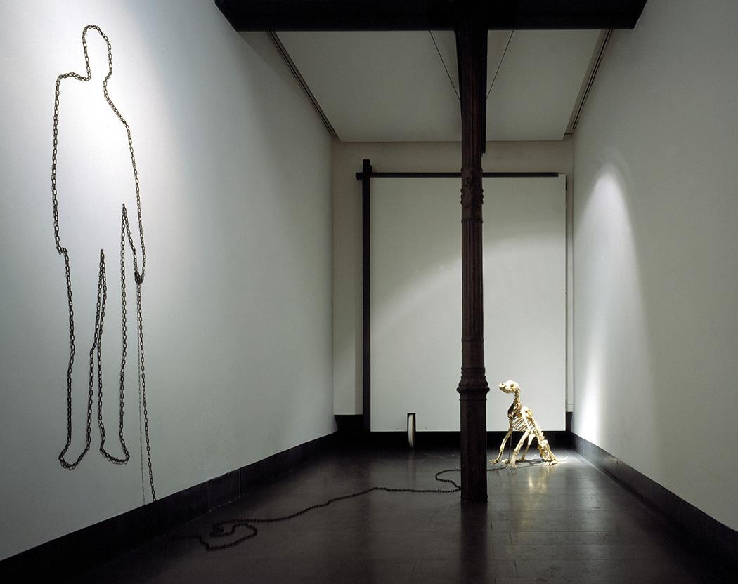 CANELO.  Esqueleto de perro, cadena de hierro, Jorge Barbi